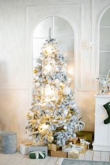 Woonkamer met open haard en kerstboom.