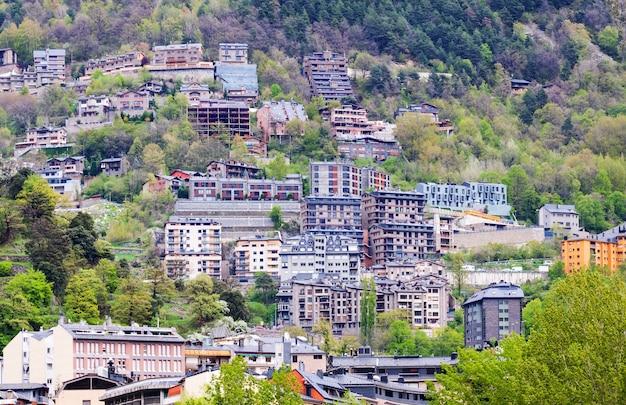 Woonwijk bij bergen. andorra la vella