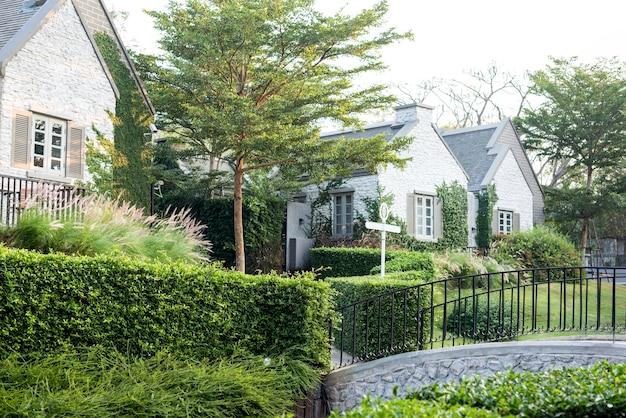 Woonwijk en tuin in de voorsteden