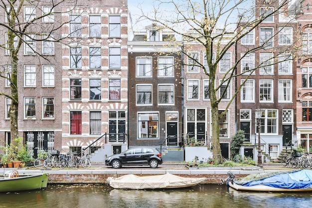 Woonwijk met gebouwen met prachtige gevels