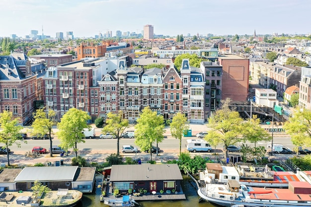 Woonwijk met gebouwen met uitstekende gevel aan de rivier Premium Foto