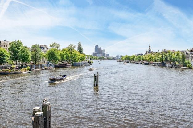 Woonwijk met gebouwen met uitstekende gevel aan de rivier