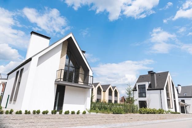 Woonwijk met mooie moderne witte huizen
