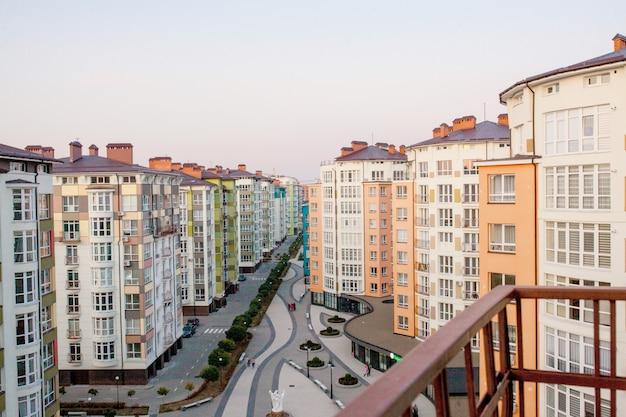 Woonwijken met gebouwen met meerdere verdiepingen en straten