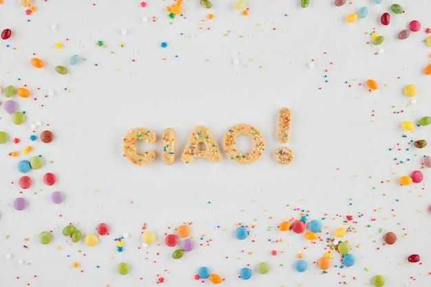 Woord ciao en uitroepteken gemaakt van zelfgemaakte suikerspin met snoep en hagelslag eromheen