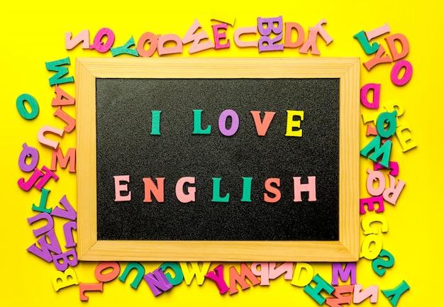 Woord ik hou van engels gemaakt met houten letters over het houten bord