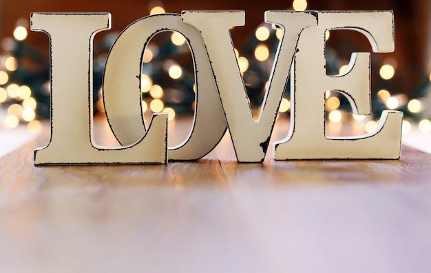 Woord liefde en lichten garland