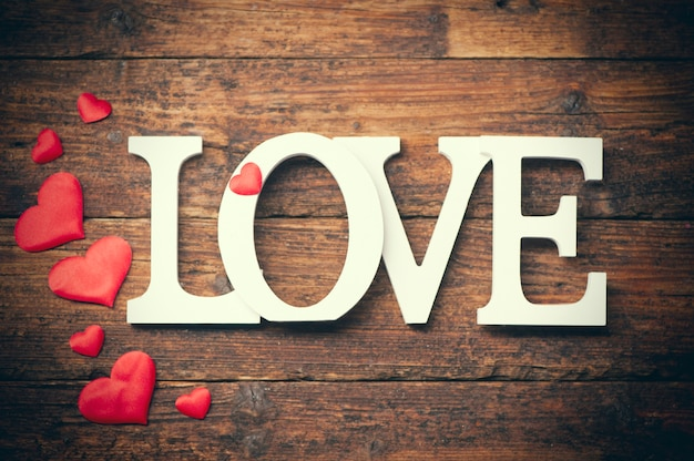 Woord liefde geschreven op houten achtergrond