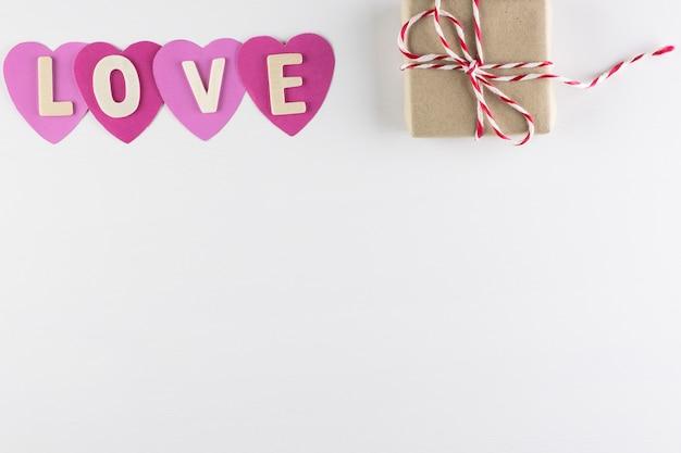 Woord liefde in harten op witte achtergrond met ruimte voor tekst, liefde pictogram, valentijnsdag