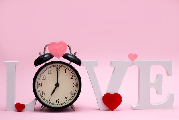 Woord liefde met een klok in plaats van de letter o