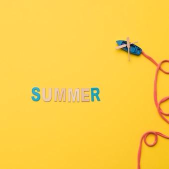 Woord zomer met speelgoed schip