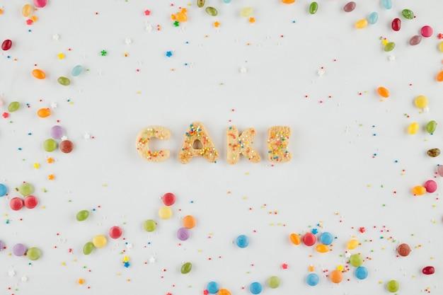 Woordcake gemaakt van suikerkoekjes, kleurrijke snoepjes en hagelslag eromheen