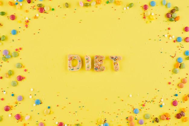 Woorddieet gemaakt van zelfgemaakte suikerkoekjes en regenbooghagelslag rondom