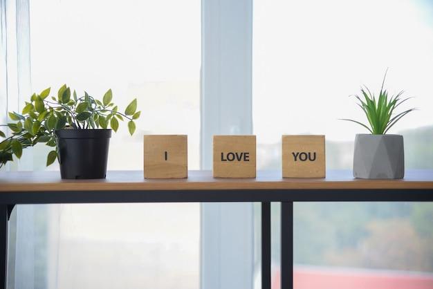Woorden geschreven op houten kubussen ik hou van jou