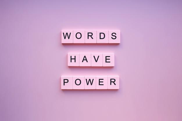 Woorden hebben kracht, op een roze achtergrond