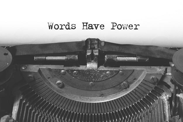 Woorden hebben machtswoorden op een vintage typemachine.