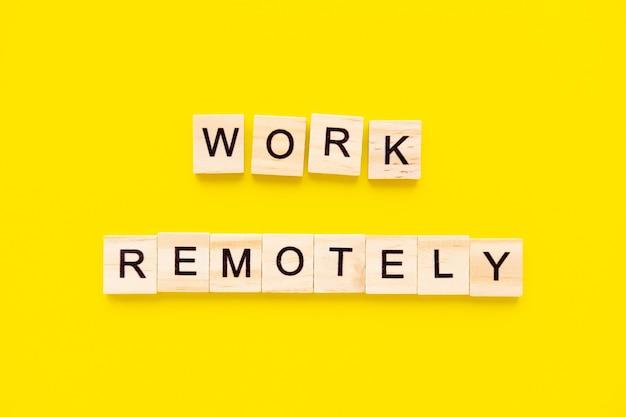 Woorden werken op afstand. houten blokken met belettering. human resource management en recruitment and hiring concept