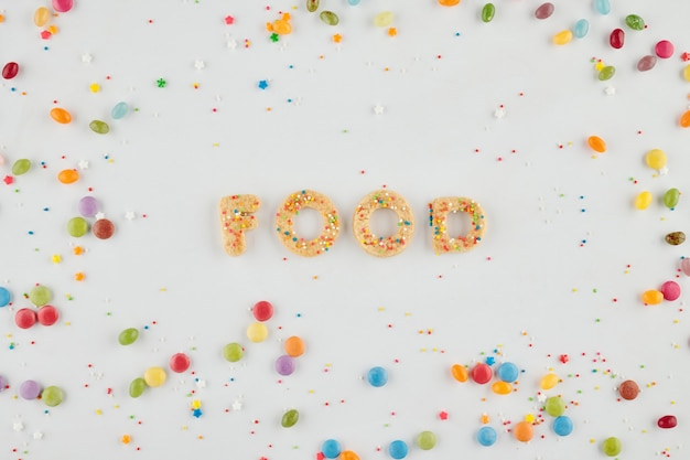 Woordenvoedsel gemaakt met suikerkoekjes en kleurrijke hagelslag rond, dessert en traktatieconcept