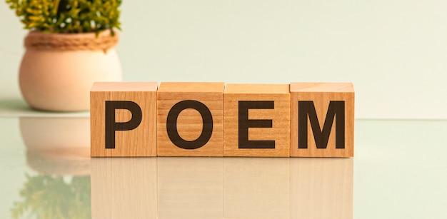 Woordgedicht gemaakt met houten blokletters naast een bloemensamenstelling