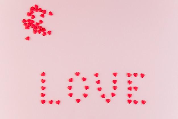 Woordliefde gemaakt van decoratieve harten