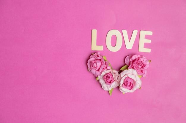 Woordliefde in rode harten op roze achtergrond, liefdespictogram, valentijnsdag, relaties concept