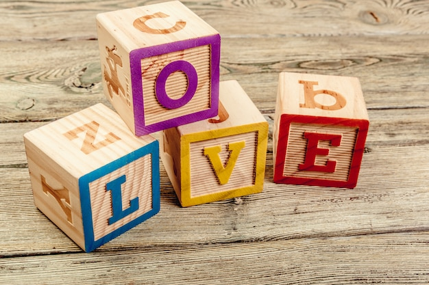 Woordliefde van houten blokken van kinderen op houten tafel