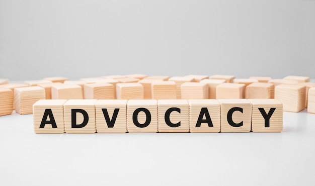 Word advocatie gemaakt met houten bouwstenen