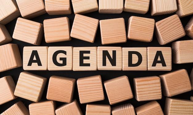 Word agenda gemaakt met houten bouwstenen