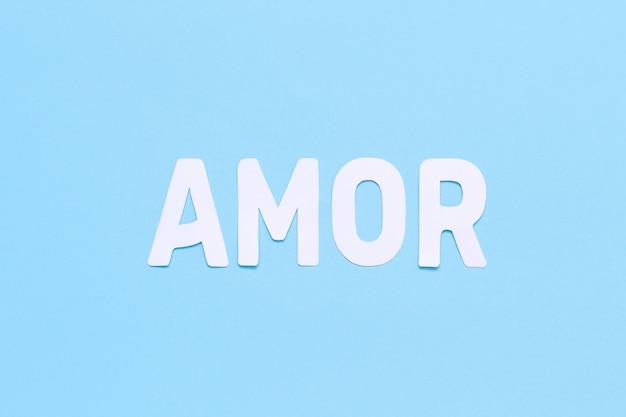 Word amor op een lichtblauwe bovenaanzicht als achtergrond