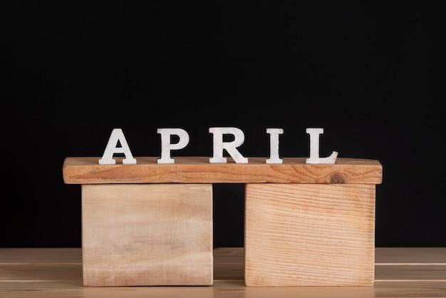 Word april geschreven op houten blokken