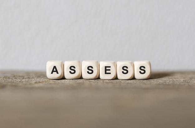 Word assess gemaakt met houten bouwstenen, stockbeeld