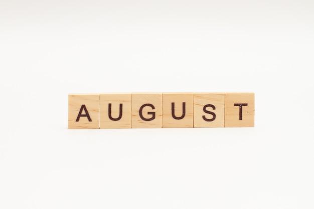 Word augustus gemaakt van houten geïsoleerde blokken
