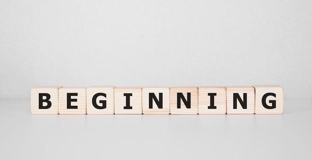 Word begin geschreven op hout blok. bedrijfsconcept