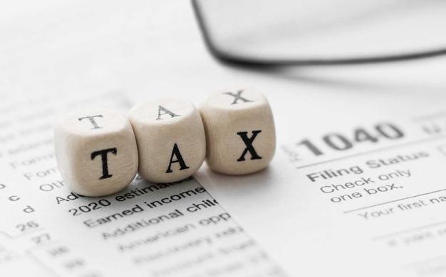 Word belasting op houten kubus. standaardformulier amerikaanse inkomstenbelasting 1040.