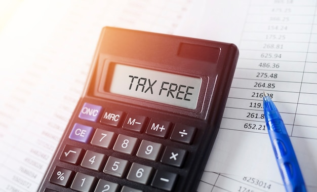 Word belastingvrij op rekenmachine. bedrijfs- en fiscaal concept.