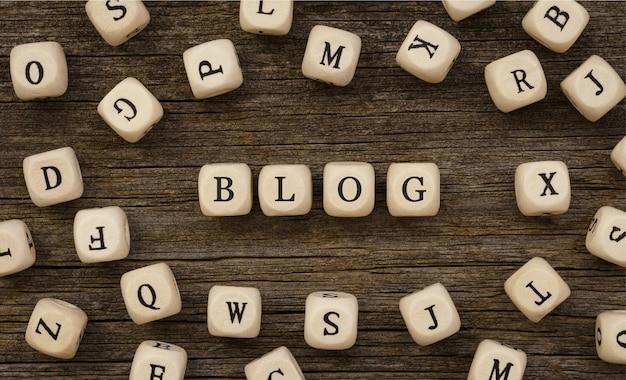 Word blog geschreven op houtblok