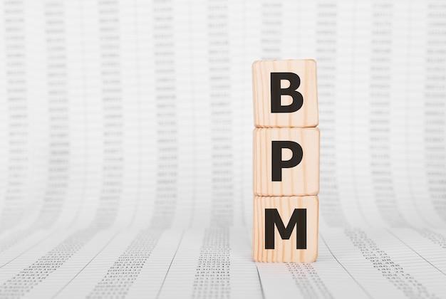 Word bpm gemaakt met houten bouwstenen, bedrijfsconcept.