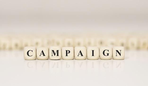 Word campagne geschreven op houtblok