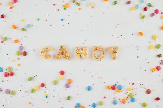 Word candy gemaakt van zelfgemaakte koekjes versierd met hagelslag