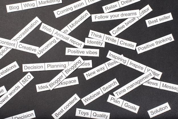 Word cloud van zakelijke thema's verwijderd van papier op een grijze achtergrond