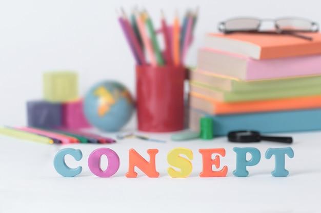 Word concept op onscherpe achtergrond van schoolbenodigdheden foto met kopie ruimte