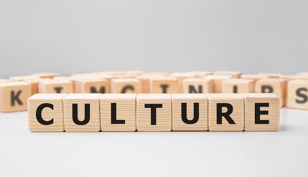 Word culture gemaakt met houten bouwstenen