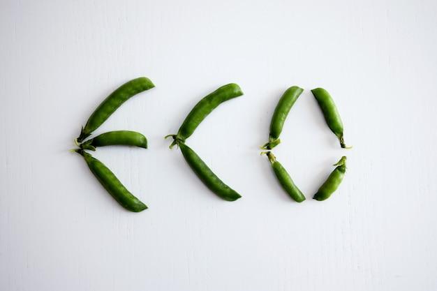 Word eco van verse groene erwten op witte achtergrond wordt gemaakt die