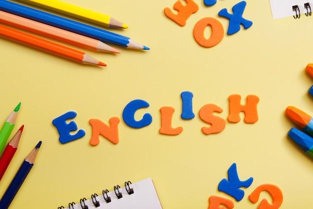 Word engels gemaakt van gekleurde letters. een nieuw taalconcept leren