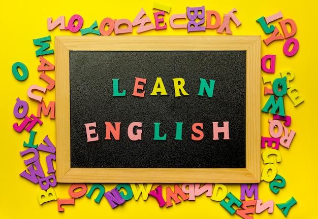 Word engels leren gemaakt met houten letters over de houten plank