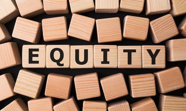 Word equity gemaakt met houten bouwstenen