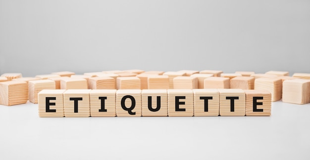 Word etiquette gemaakt met houten bouwstenen