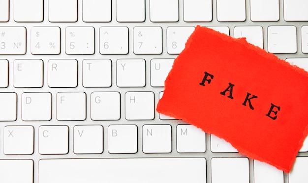 Word fake geschreven op gescheurd papier