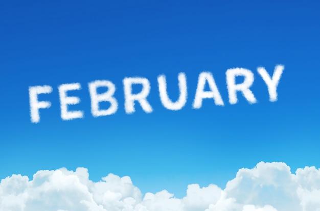 Word februari gemaakt van wolken stoom op blauwe hemelachtergrond.