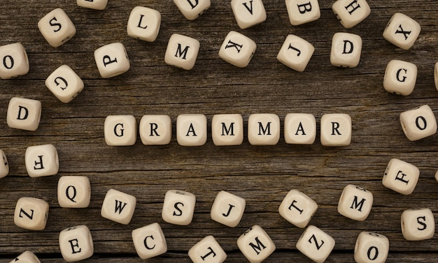 Word grammar geschreven op houtblok